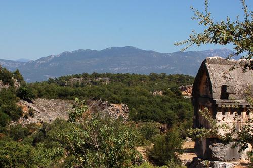 Foto: Lykisches Grab und Theater der Antiken Stadt Pinara an der Lykischen Küste der Türkei